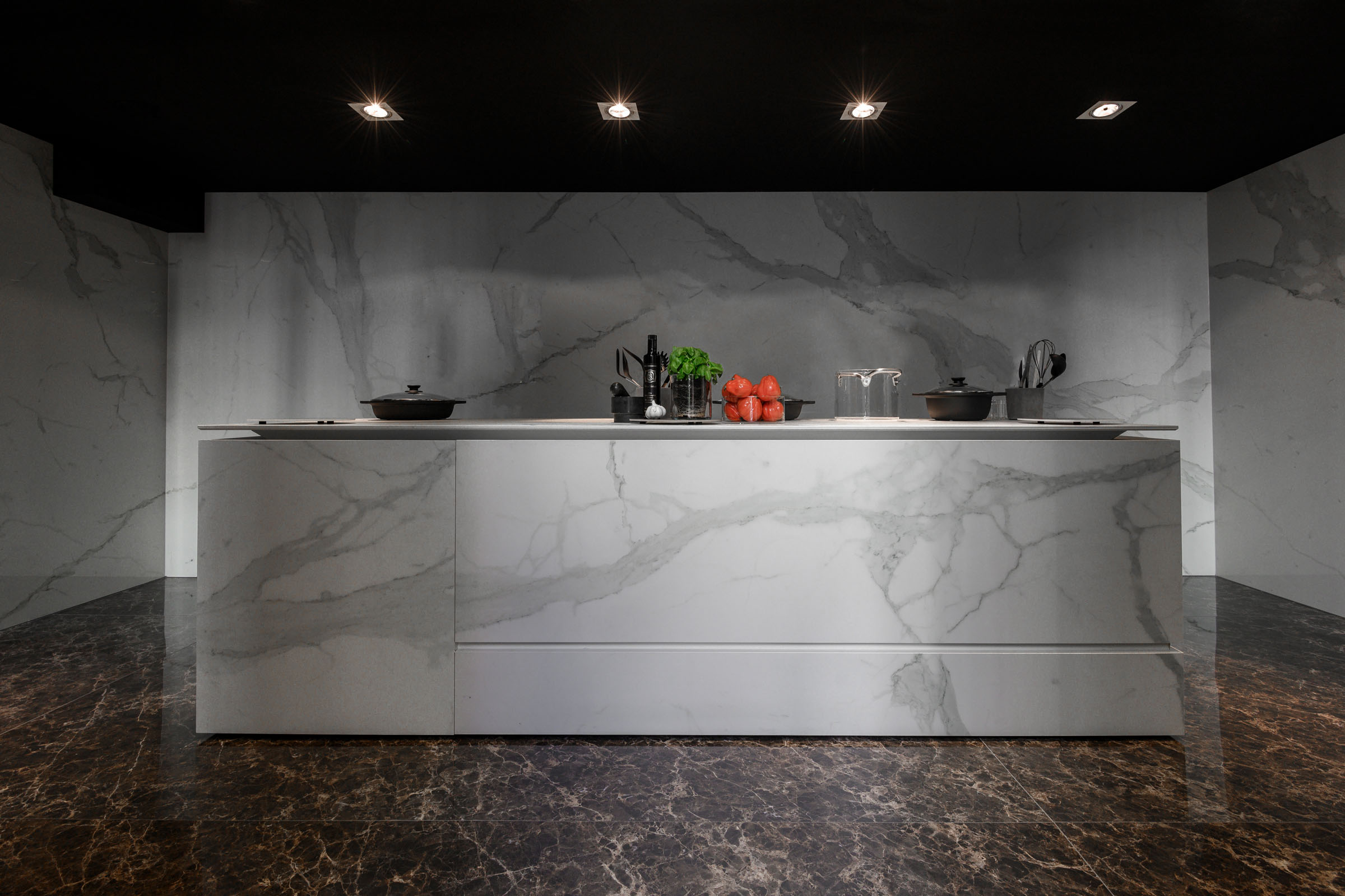 Calacatta - Polished porcelain tile from our Depth 6mm